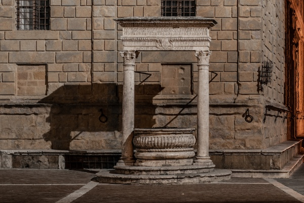 old-water-well-square-Pienza